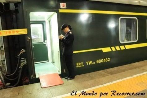 Para entrar al tren hay que enseñar el billete