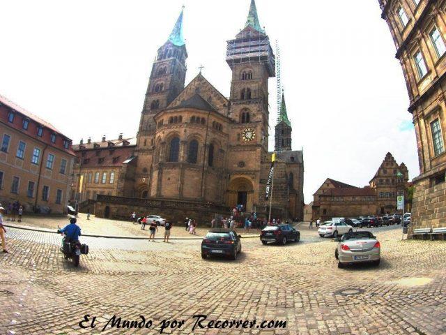 Plaza de la catedral, Bamberg. Lástima que esté continuamente llena de coches