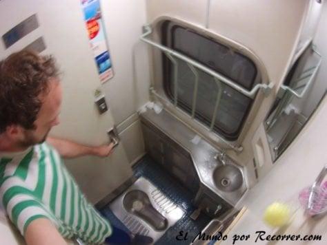 baños en la segunda clase tren china