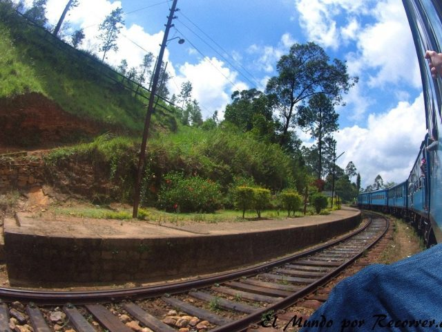 tren sri lanka nine arches bridge ella train beautiful open door