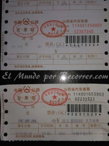 Billetes de autobus, ida 30¥ (abajo) y vuelta 20¥