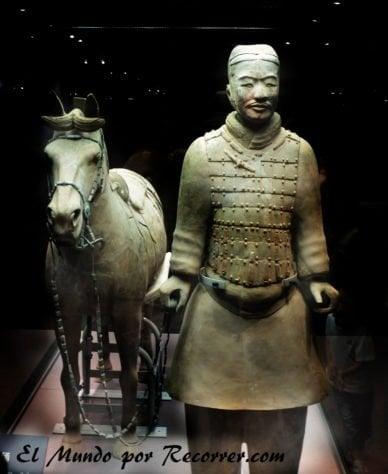 Uno de los guerreros de Terracota junto a su caballo