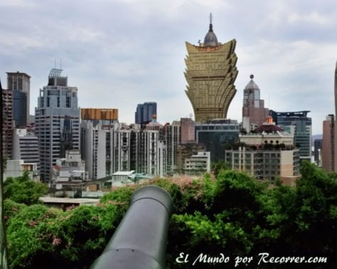 Skyline y casino Grand Lisboa desde la Fortaleza do Monte