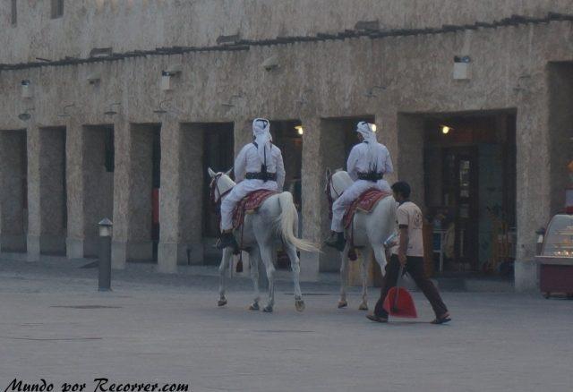 Doha Qatar policia en caballo