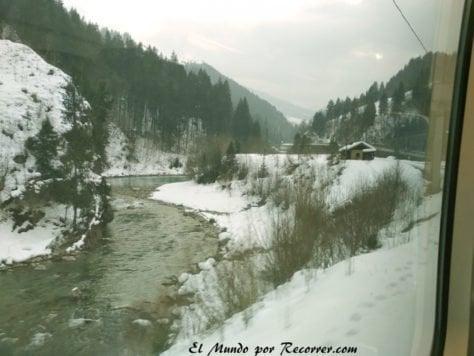 Tren cruzando los Alpes Austria