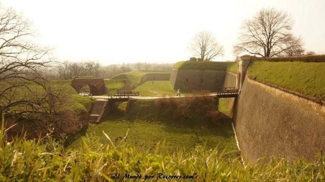 fortaleza de novi sad con las murallas enterradas de cesped serbia