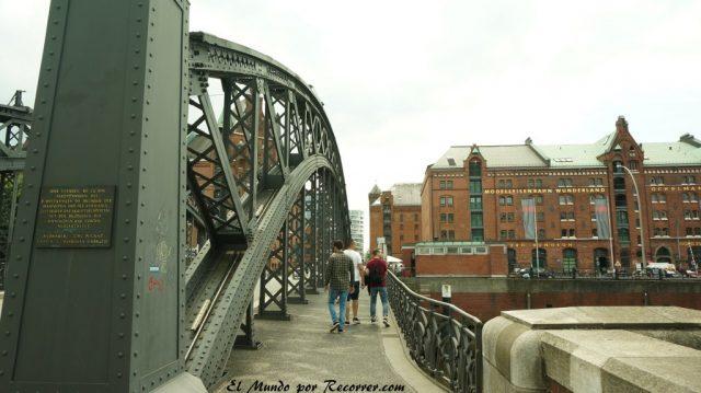 Hamburg alemania el mundo por recorrer puente en el speicherstadt