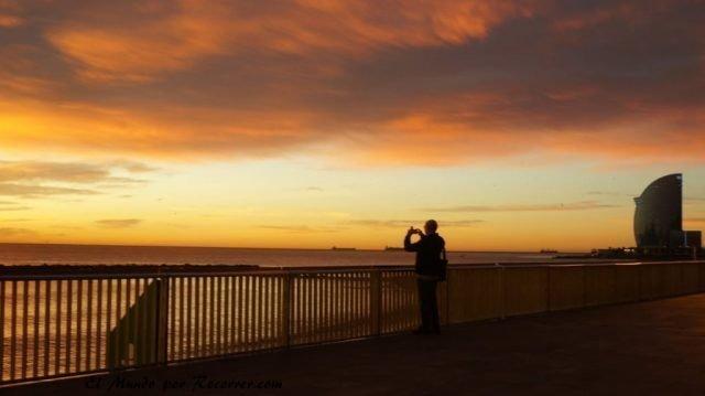 viajar por Barcelona España puesta de sol en la playa de la barceloneta